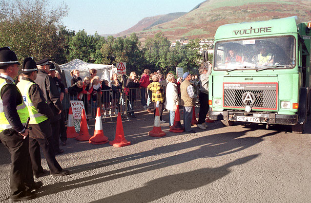 23/10/97  Protestors at the Nant-y-Gwyddon landfill site in the Rhondda try to stop vehicles from getting on to the site by negotiating with drivers - with limited success.  ©Ian Homer Photography